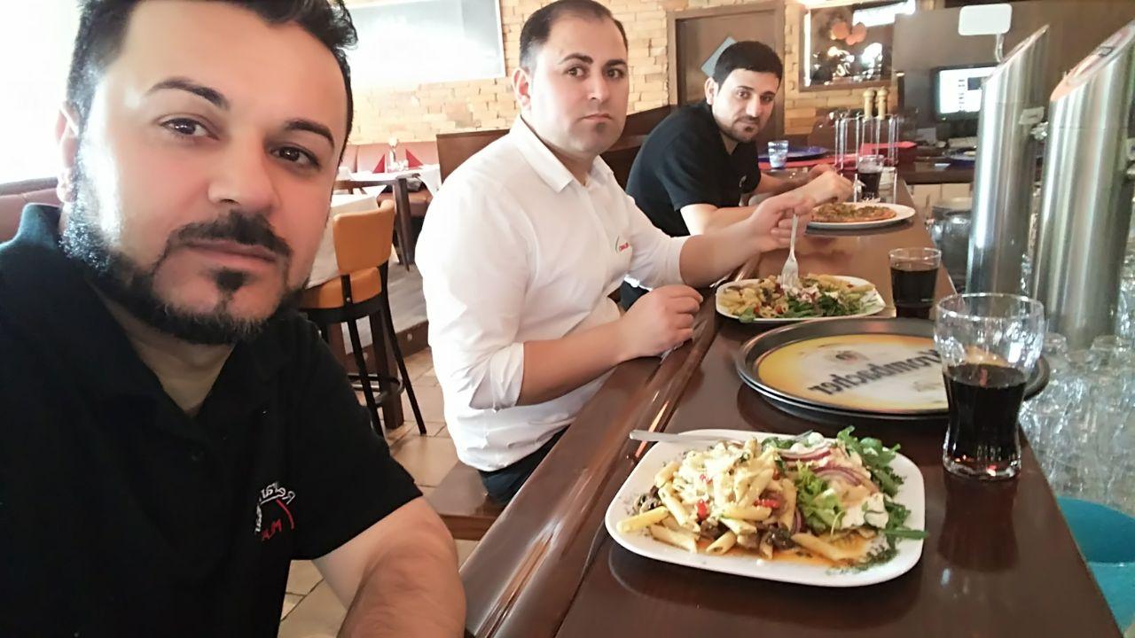 Samir und Adil in der Mittagspause