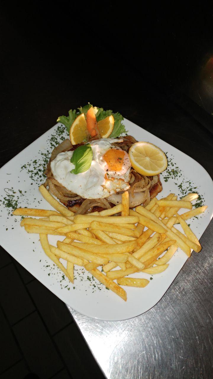 Fisch Filet mit Ei und Pommes