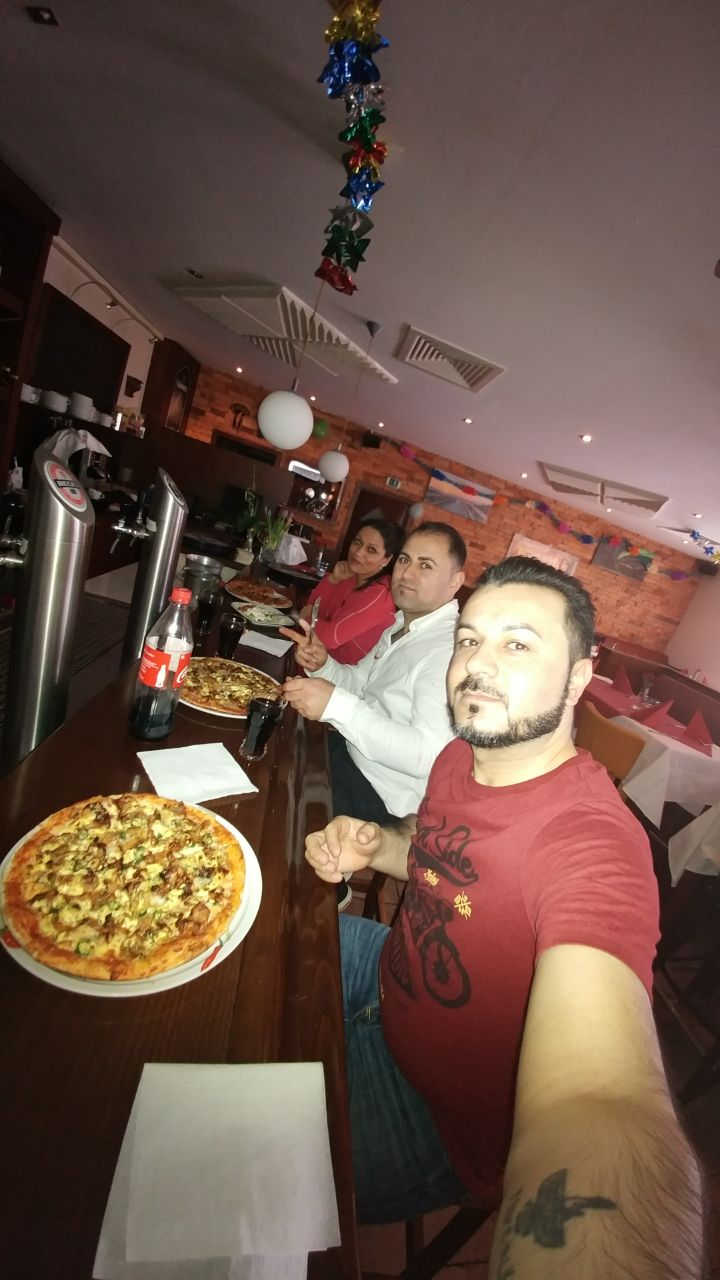 Samir mit Pizza